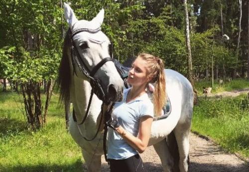 Российская модель подарила себе коня эксклюзивной породы