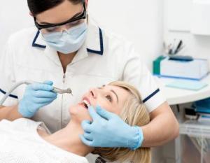 Лазерную технологию применяют в «32 Дент» для безболезненного лечения зубов