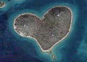 Остров в форме сердца привлекает туристов в Хорватию