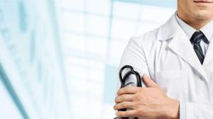 Названы самые высокие и самые низкие зарплаты врачей