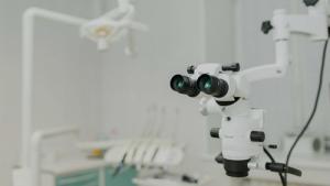 В клинике «Зууб» применяют микроскоп для более качественного лечения