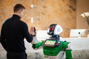 Михалыч из парк-отеля «Доброград» стал первым в России роботом-администратором