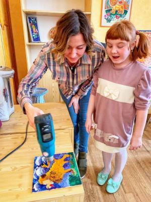 Художник Юлия Мамонтова провела мастер-класс по нетрадиционной технике живописи «Энкаустика» для воспитанников детского дома