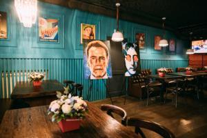 Московский ресторан Stairs открылся выставкой портретов Леонардо Ди Каприо, Арнольда Шварценеггера и других знаменитостей