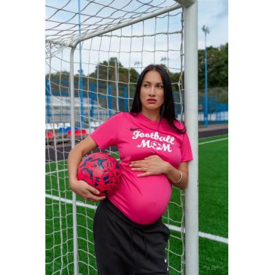 Главная Футбольная мама может родить прямо на поле
