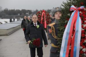 Михаил Романов возложил цветы на Пискаревском мемориальном кладбище