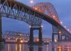 Мост Мира засверкал огнями
