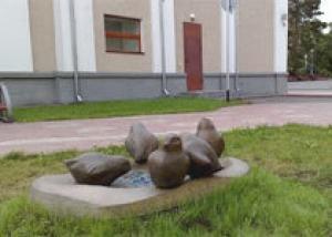 Гигантские воробьи `поселились` на краю каменной лужи в Кемерове