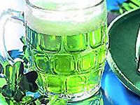 В Чехии по случаю Дня святого Патрика предлагают зеленое пиво