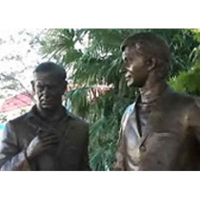 Памятник героям `Бриллиантовой руки` появился в сочинском порту