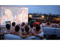 В Лондоне открылся джакузи-кинотеатр под облаками