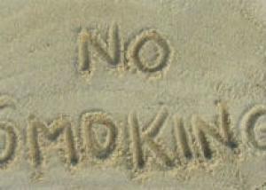 Франция запретит курить на пляжах