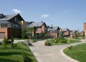 Появление в коттеджном поселке первых строений резко повышает его привлекательность для покупателей