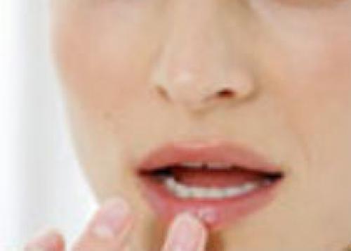 Как избавиться от трещин на губах