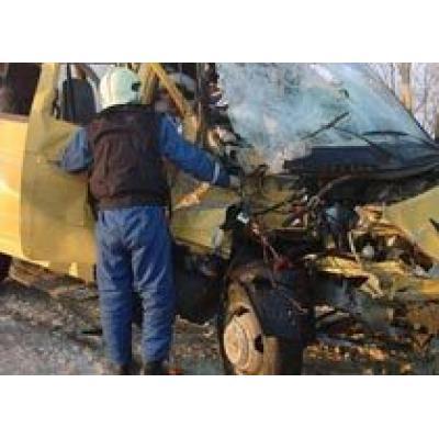 На Алтае грузовик раздавил 2 микроавтобуса