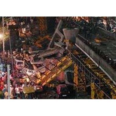 Под обрушившейся эстакадой погибли не менее 20 человек