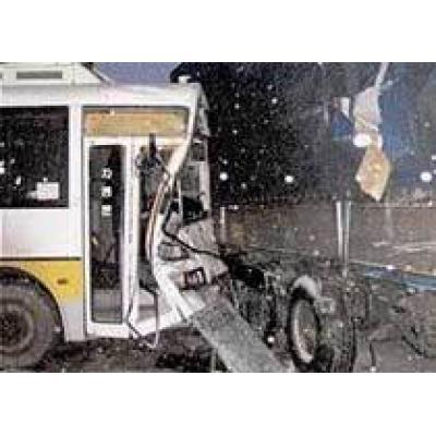 В Бразилии автобус столкнулся с двумя грузовиками, 31 человек погиб
