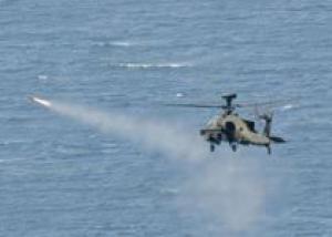 В Великобритании проведено первое испытание ударных вертолетов `Апач` морского базирования по применению бортового вооружения