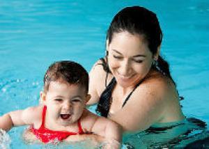 Учим плавать малыша
