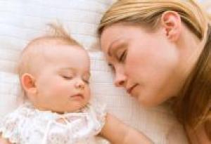 Стоит ли укладывать спать ребенка рядом?