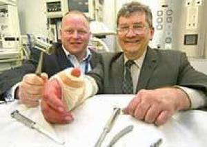 Гипнотизер сам себя отключил на время хирургической операции на руке