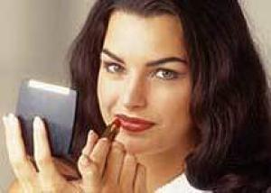 Женщины накладывают на лицо в среднем 515 химикатов в день