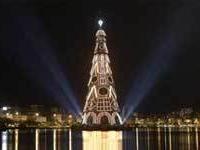 Бразильцы украсили плавучую елку высотой 85 метров
