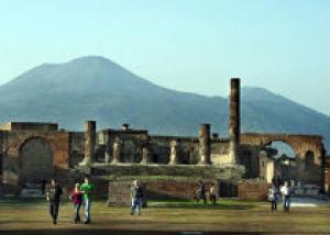 В Помпеях упала стена