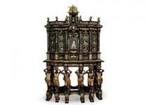 Шкаф из красного дерева установил ценовой рекорд на антикварную мебель