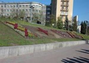 У метро `Держпром` садят клумбу к 65-летию Победы - фото