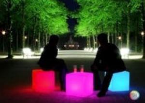 Светящаяся мебель на садовом участке