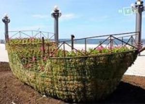 В Анапе возводят цветочный корабль