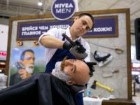 Смельчаки Санкт-Петербурга попробовали экстремальное бритье в Барбершопе NIVEA MEN
