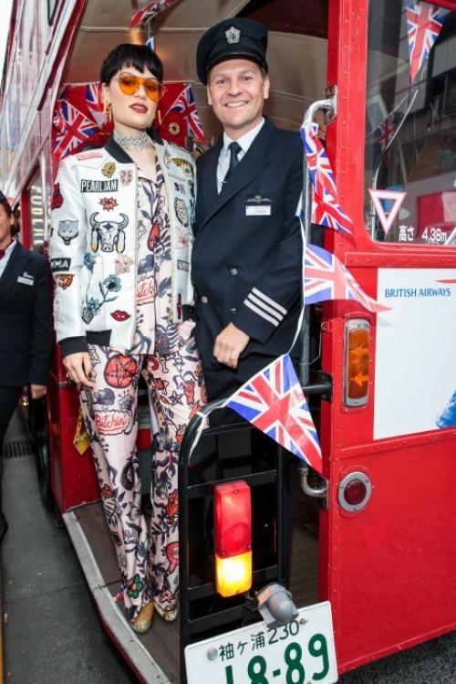 Джесси Джей выступила на знаменитом лондонском красном автобусе в Токио